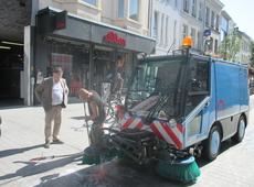 Schepen Backx inspecteert reiniging straten