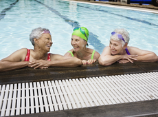 senioren in zwembad