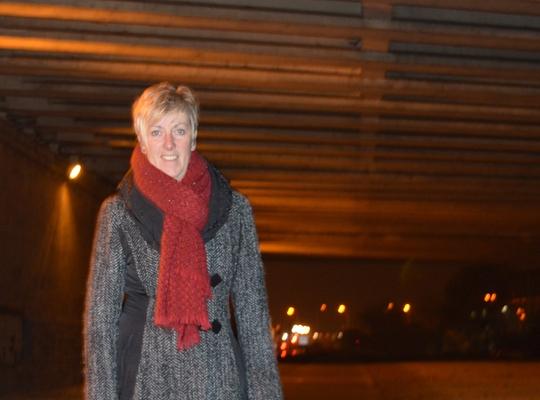 Anne Delvoye bij de verlichte brug langs jaagpad Battel